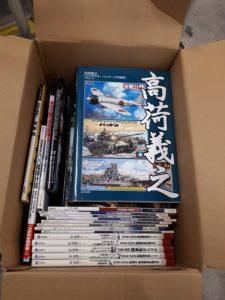ミリタリー・軍事書籍約200冊やミリタリー関連の食玩約500点他玩具類を多数お譲り頂きました。