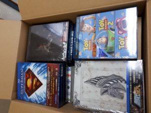 聖闘士星矢やスーパーマンのDVDやブルーレイなどを段ボール4箱分お譲り頂きました。